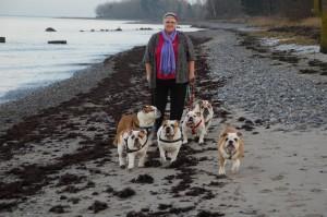 Jette på stranden med hundene